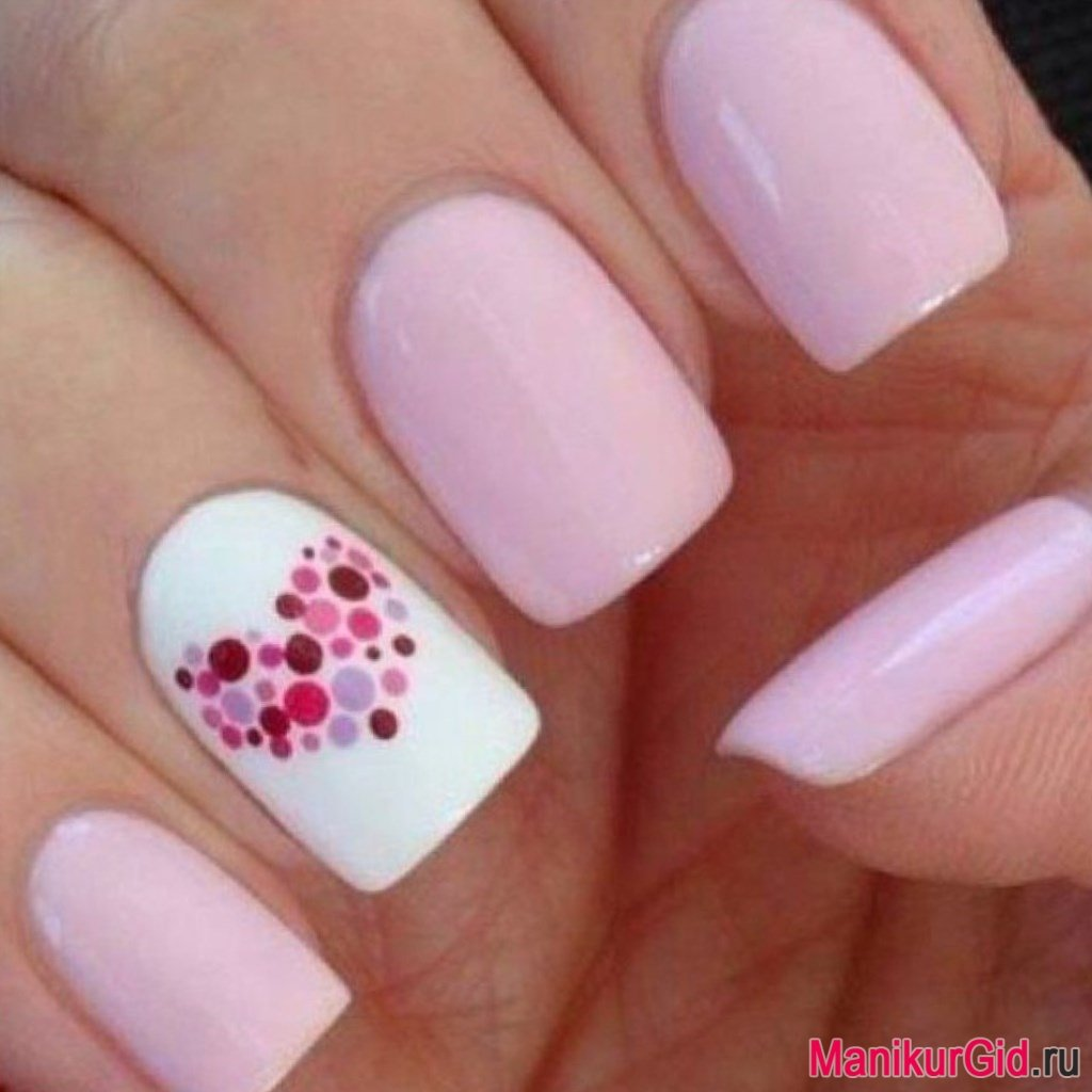 Розовый маникюр с белым пальцем