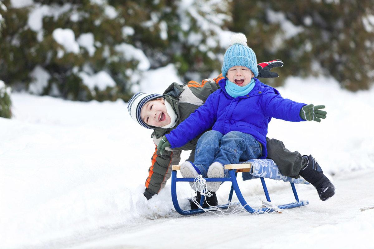 Фото зимы как дети катаются