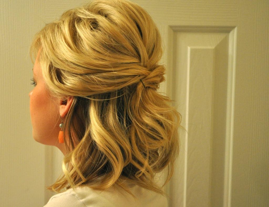Прическа на жидкие волосы средней длины на выпускной
