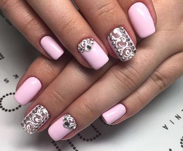 Маникюр розово серый со стразами
