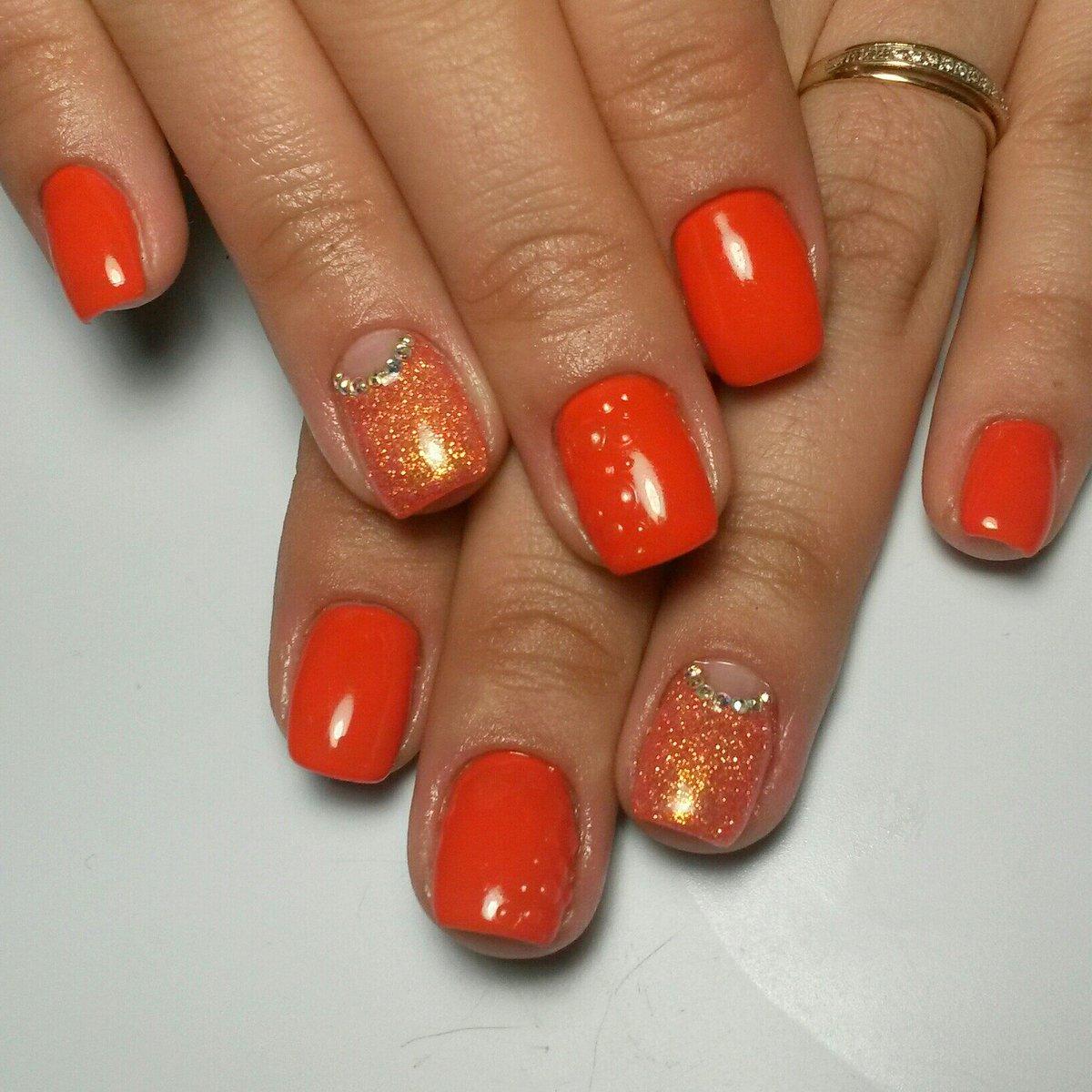 Педикюр оранжевый с блестками