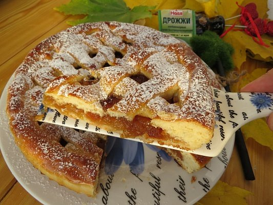 Пирог с яблоками дрожжевое тесто рецепт с фото пошагово в духовке