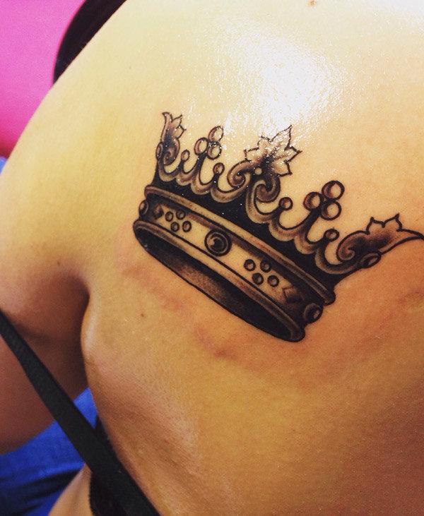 Тату для девушек корона на животе