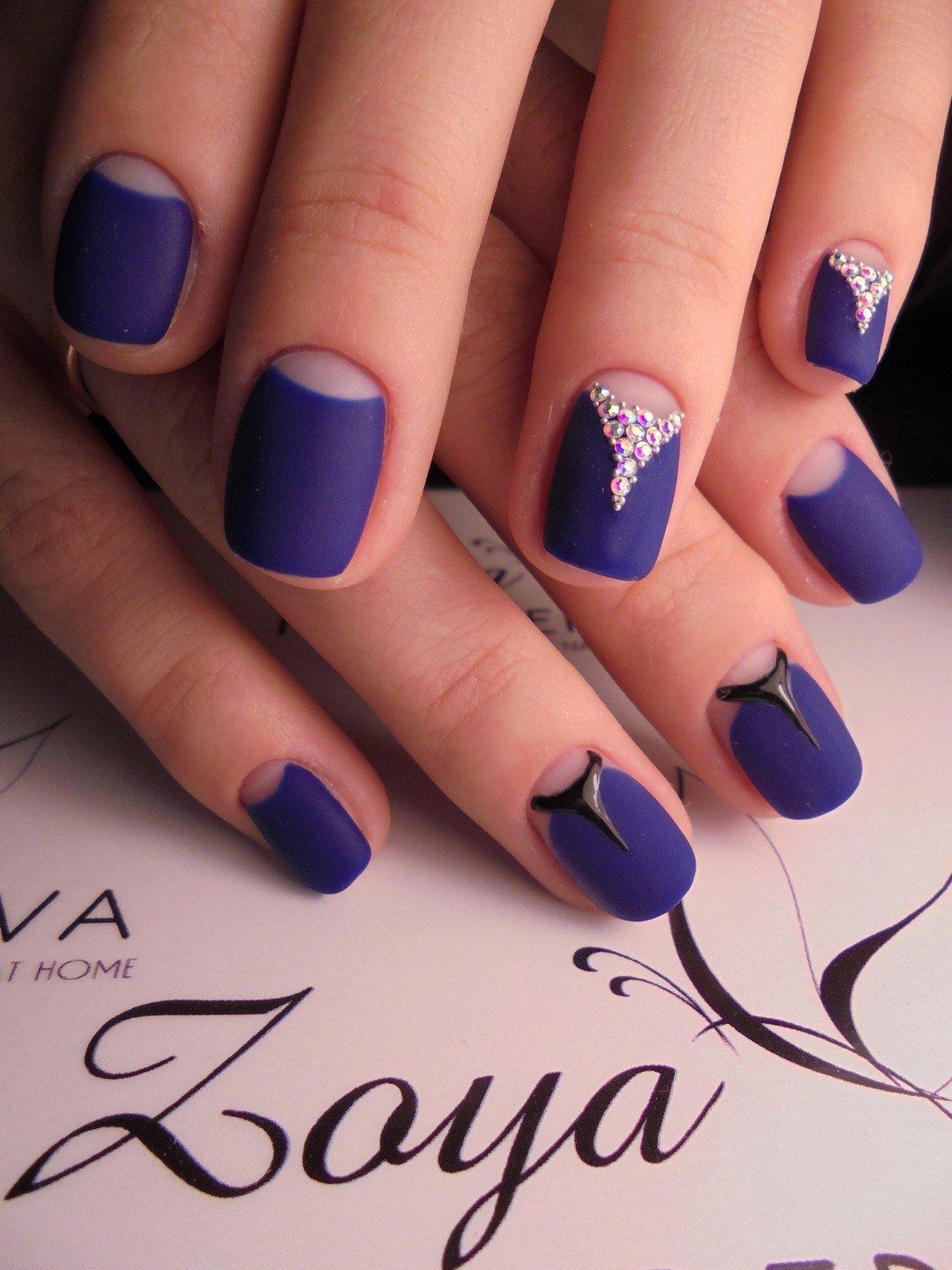 Дизайн синих ногтей с лунками фото