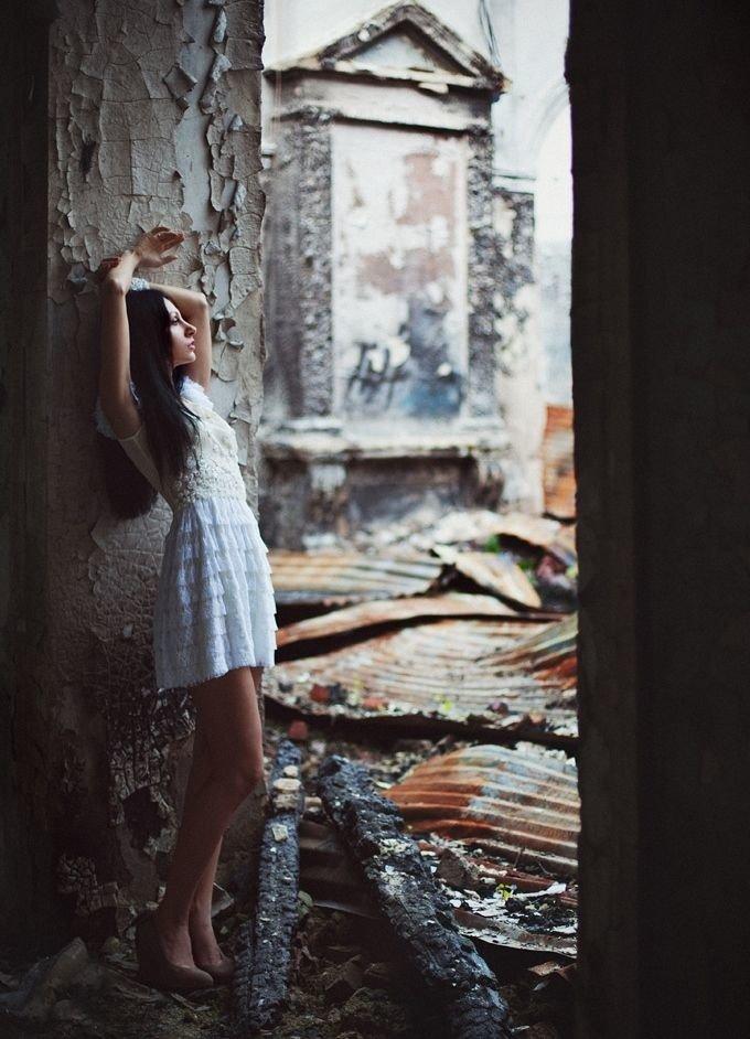 Ласковые девушки нежатся в заброшенном здании  474348