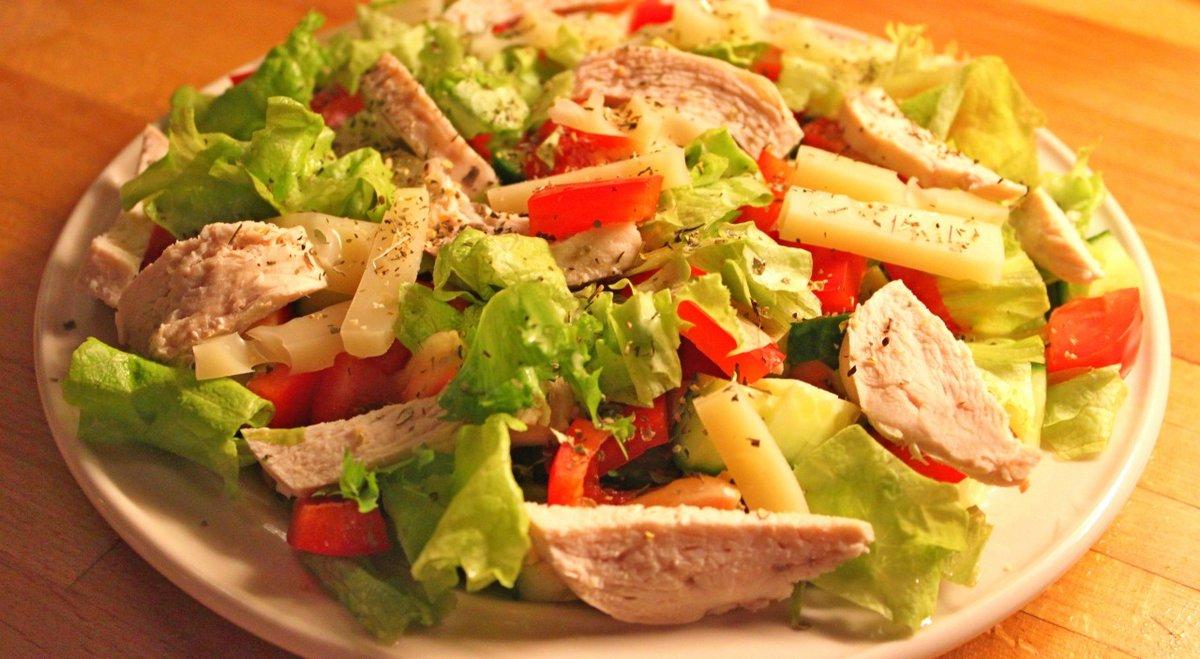 Рецепт салата с курицей помидорами и сыром
