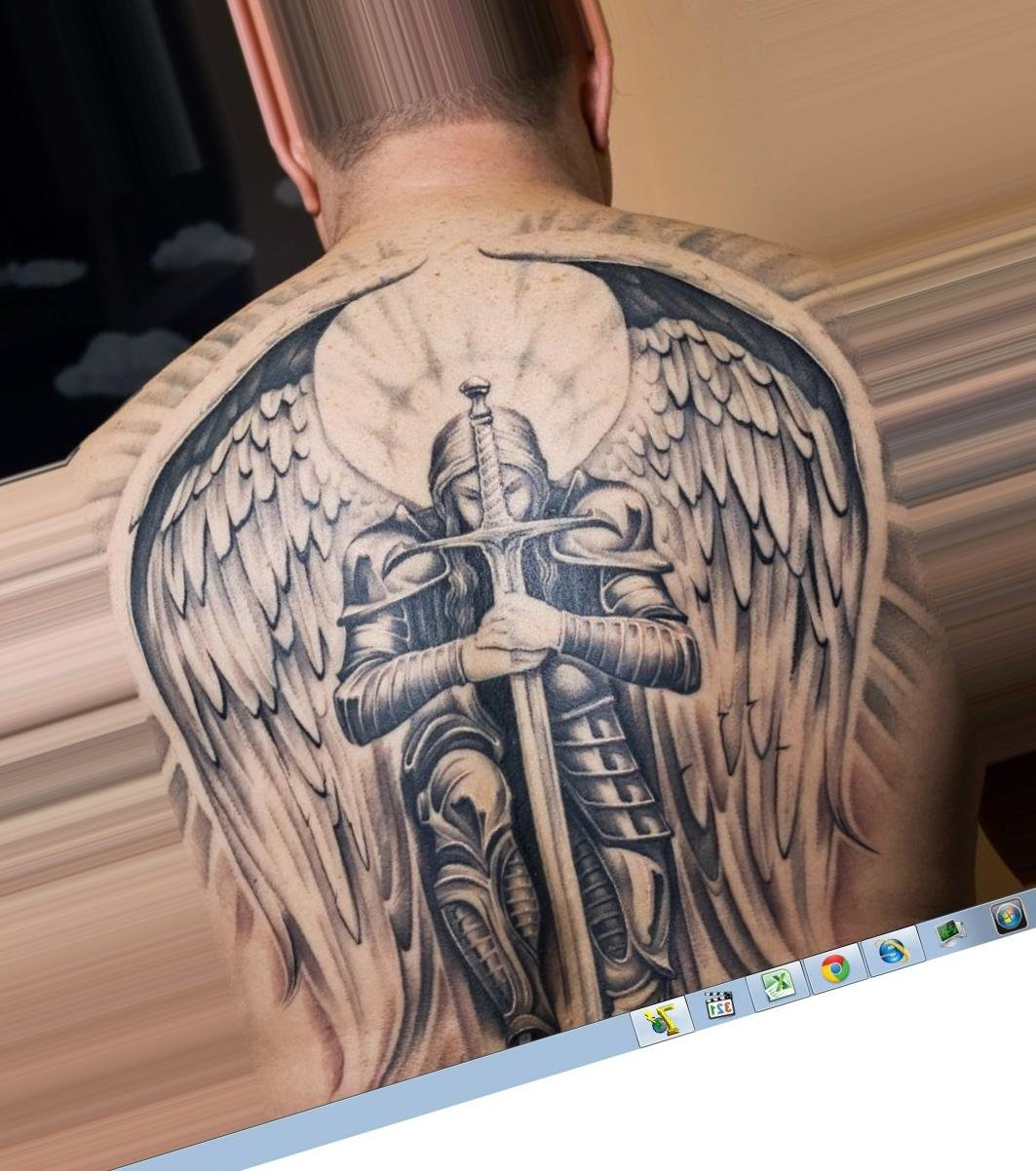 Тату ангел на спине мужчины