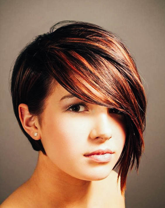 Фото женских коротких стрижек с косой челкой