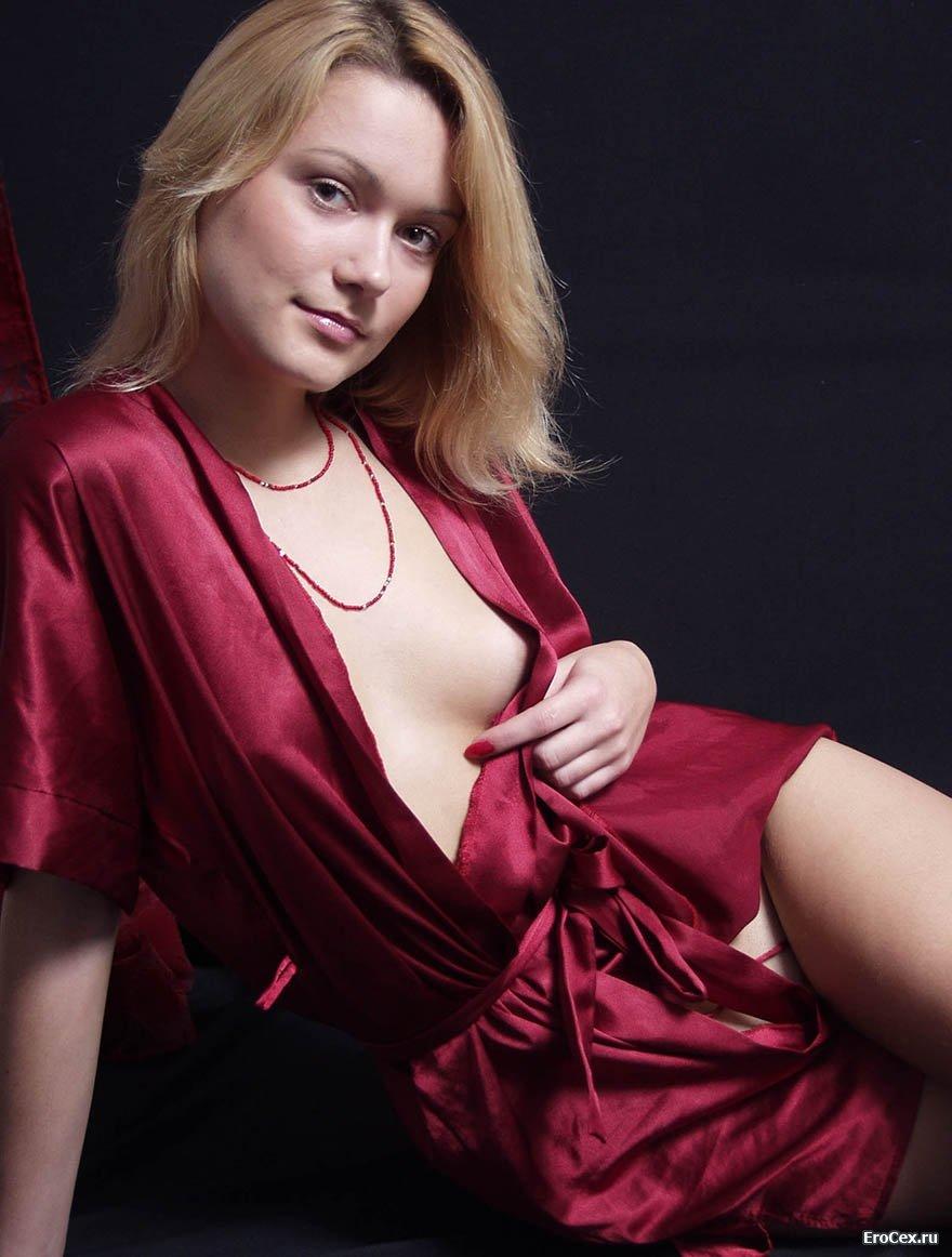 Экспрессивная девушка снимает халат и показывает киску  638796