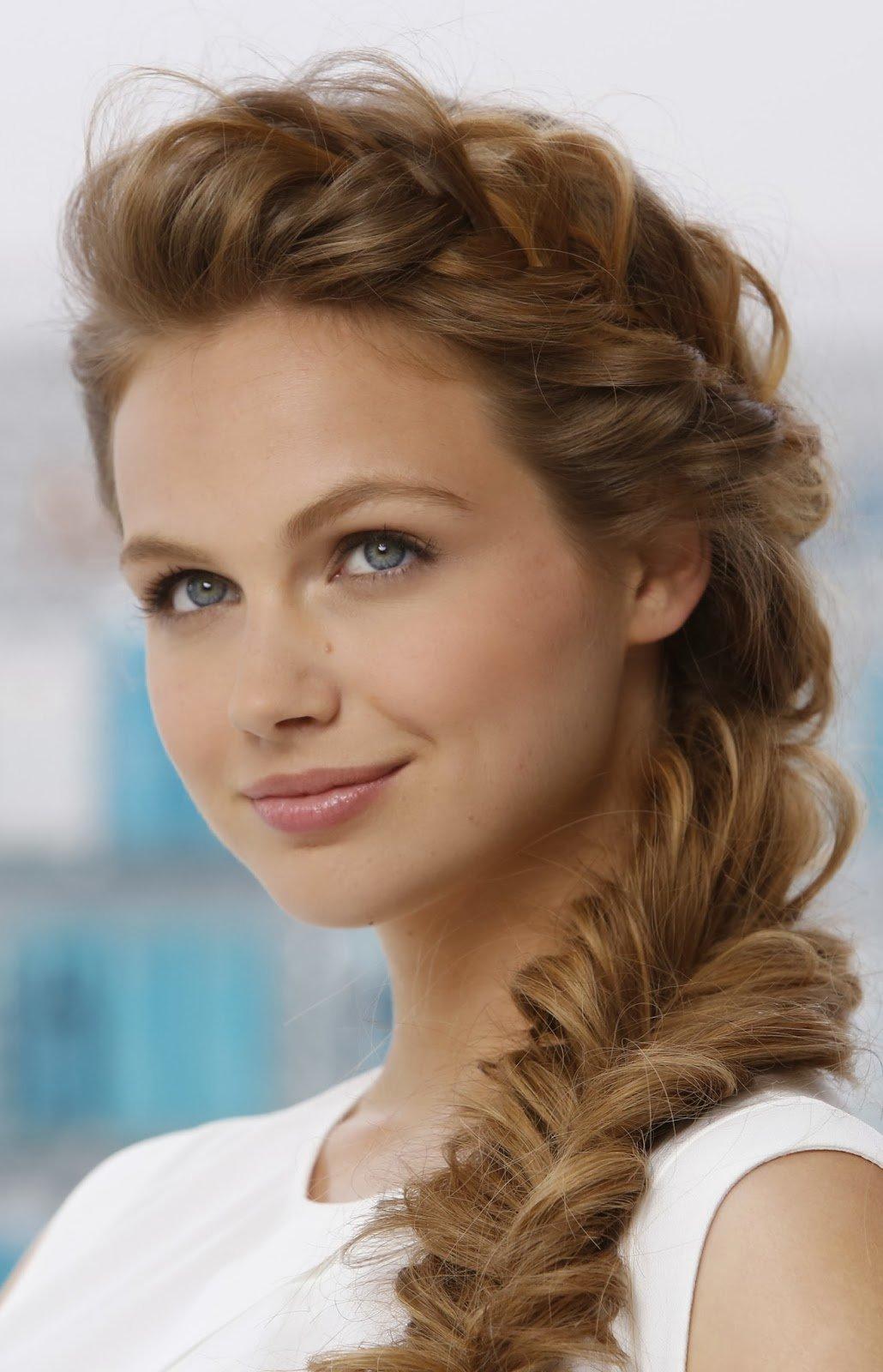 Прическа на бок коса