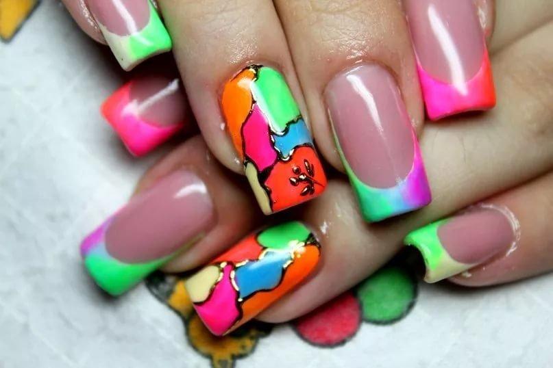Ногти яркого цвета с рисунками