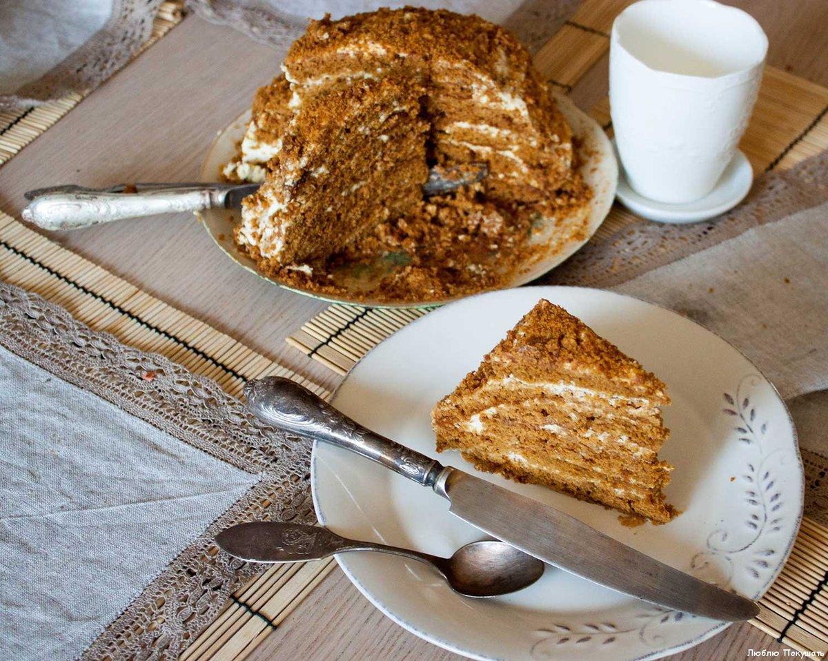Медовик на сковороде со сметанным кремом рецепт с фото пошагово