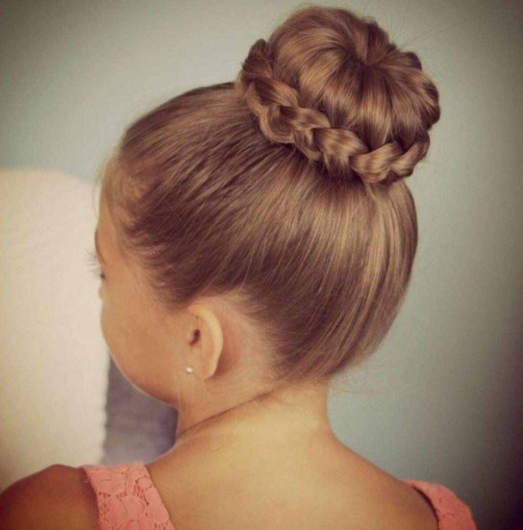 Прическа гулька с косами