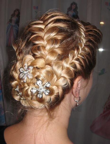 Фото праздничные прически с плетением кос