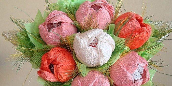 Поделки из гофрированной бумаги букеты цветов с конфетами внутри 61