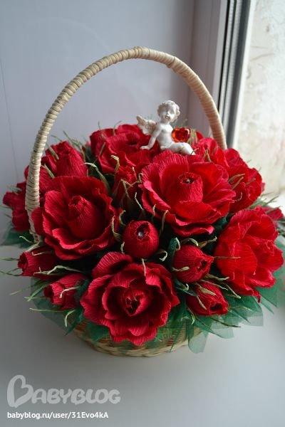 Корзина из цветов гофрированной бумаги с конфетами своими руками