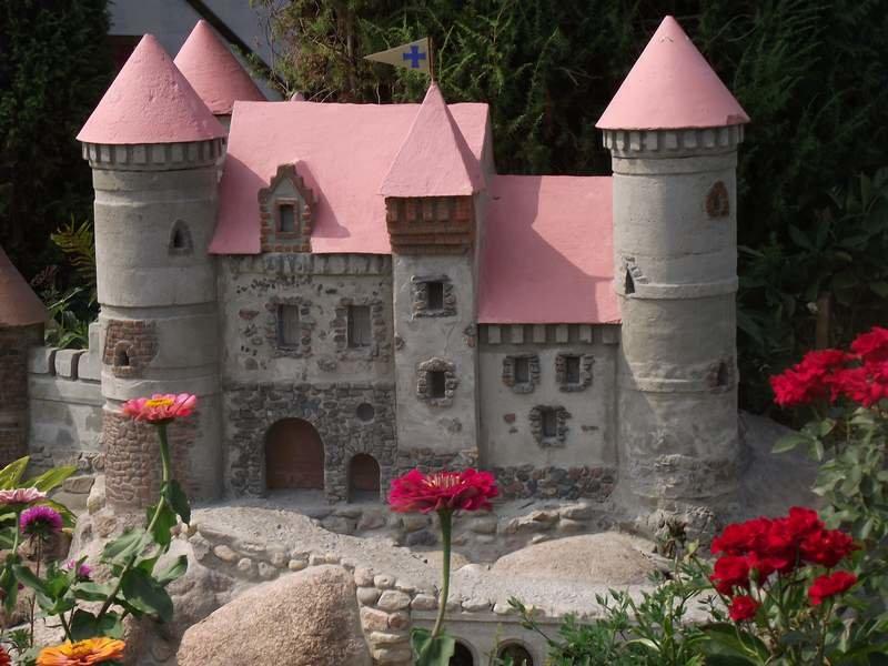 Декоративные замки для сада своими руками фото