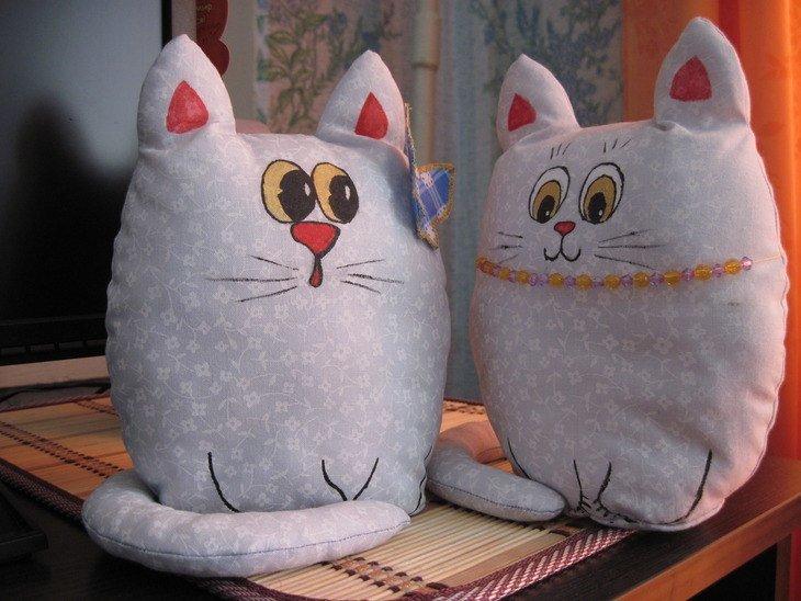 Кот-подушка своими руками из ткани 3