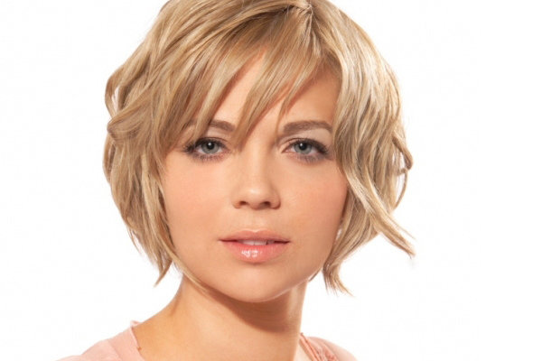 Короткие стрижки для круглого лица и волнистых волос женские
