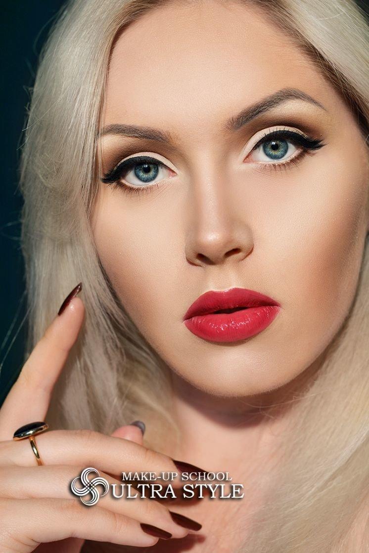 Макияж стрелки и красная помада фото для блондинок