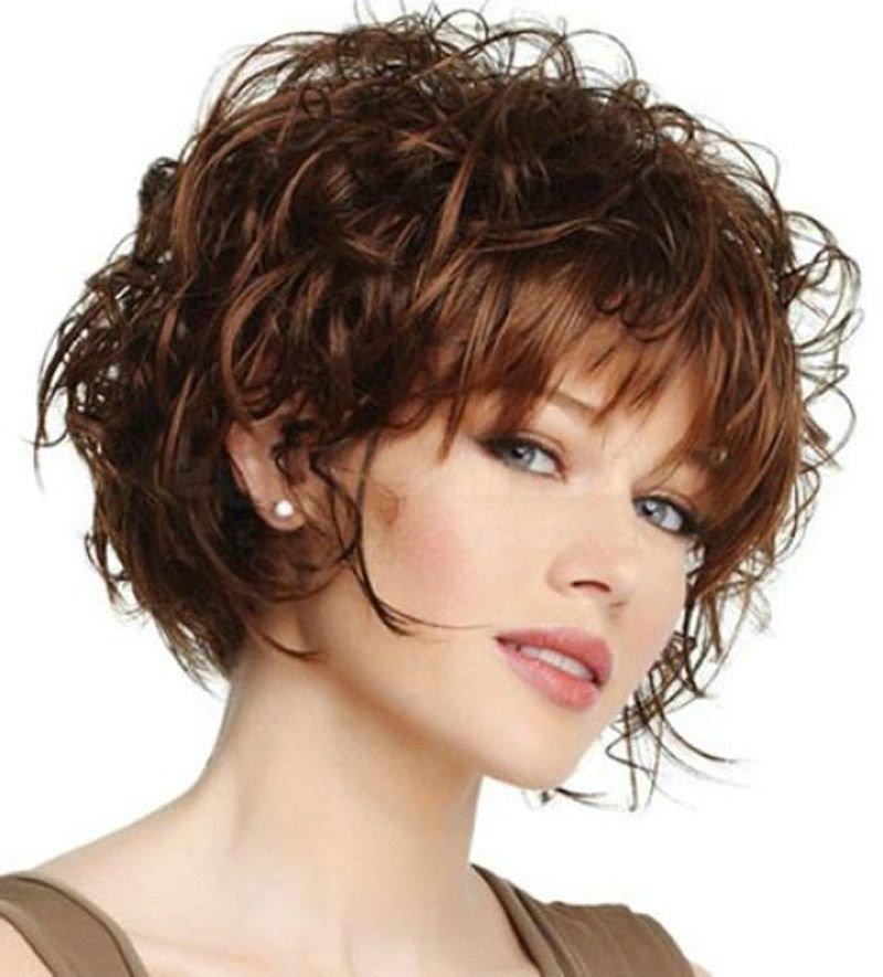 Женские прически для вьющихся волос средней длины фото