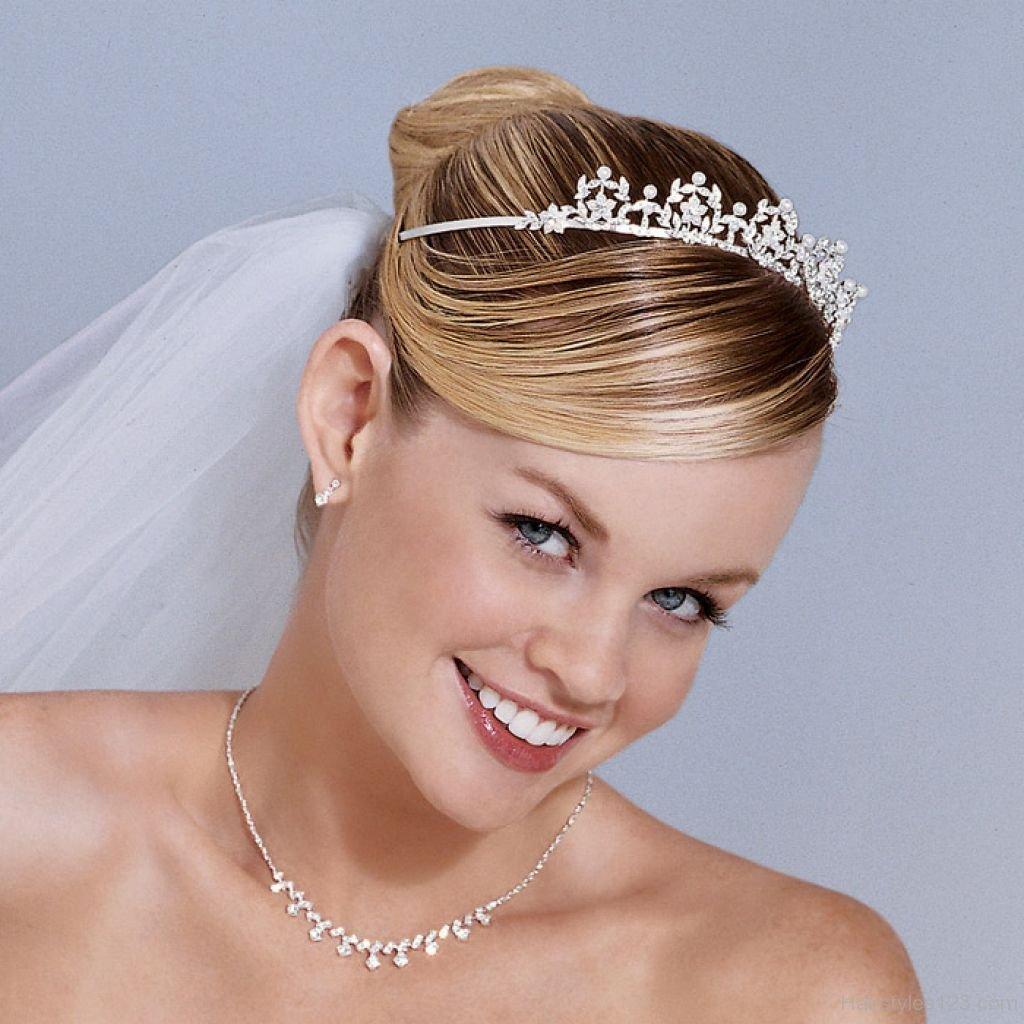 Свадебная причёска на средние волосы с фатой и диадемой