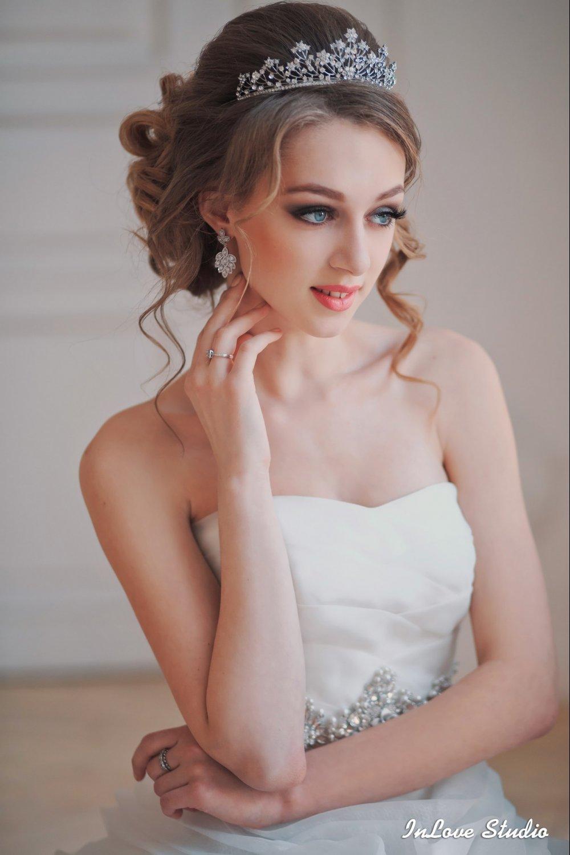 Прическа с короной невестам