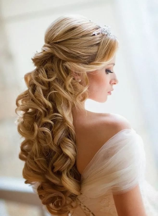 Красивые прически с локонами на средние волосы
