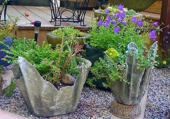 Горшки из цемента и тряпки для сада