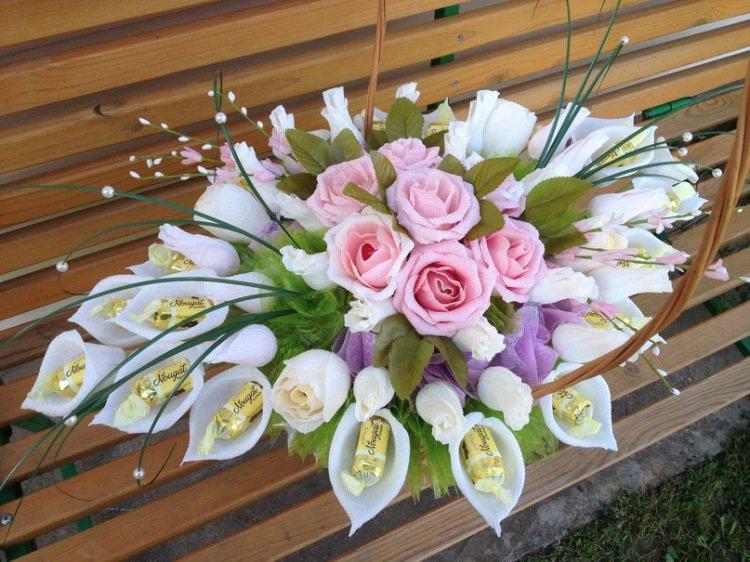 Букет из цветов из гофрированной бумаги и конфет