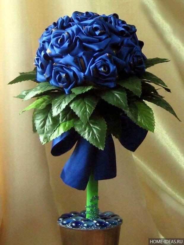 Топиарий из цветов из лент