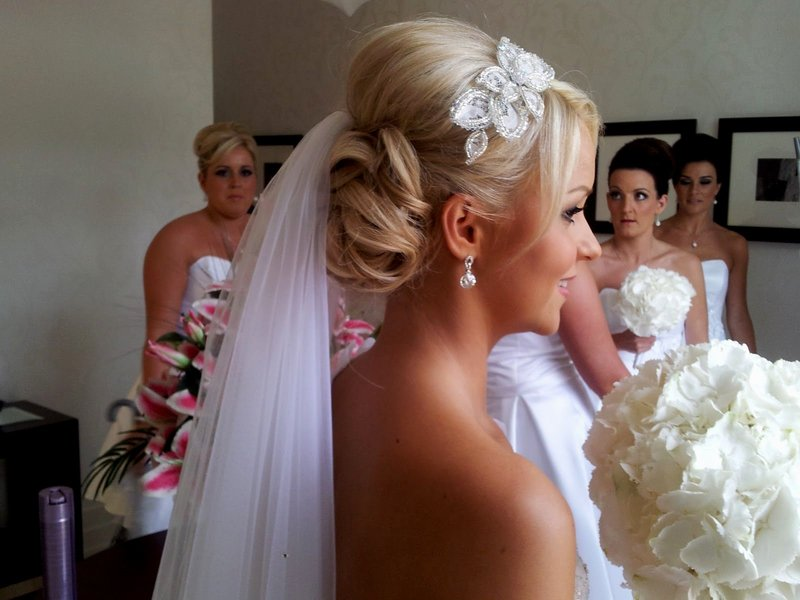 Свадебная причёска на средние волосы с фатой