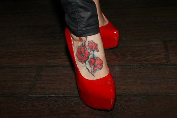 Тату маки на ноге для девушек