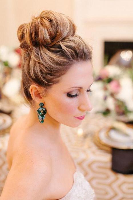 Прически на свадьбу шишка с челкой