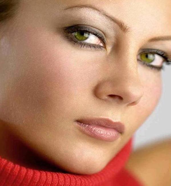 Если кожа розовая а глаза зеленые