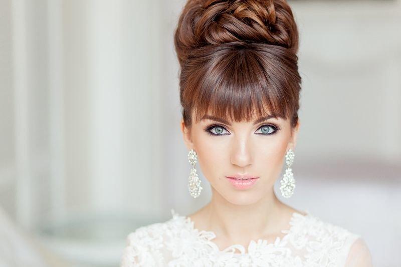 Высокие свадебные прически с челкой на средние волосы фото
