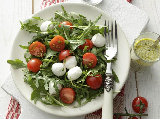 Салат с рукколой помидорами черри и моцареллой и перепелиными