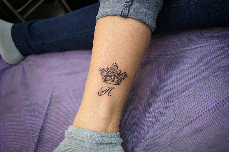Тату корона на руке для девушек с буквой н