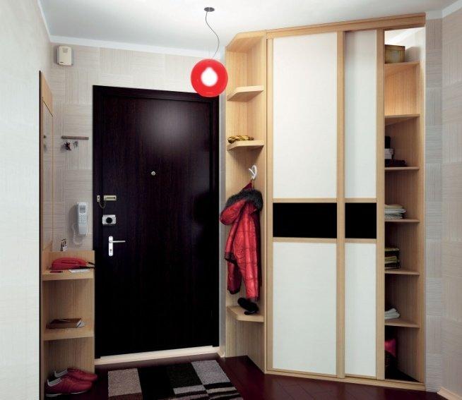 Дизайн небольшой прихожей с угловым шкафом