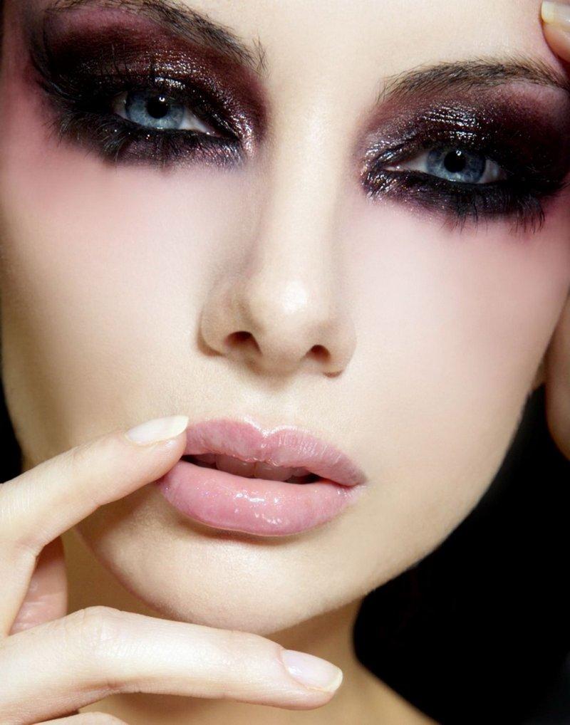 Фото красивого макияжа с черными глазами