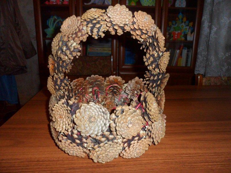 Поделка корзинка из шишек