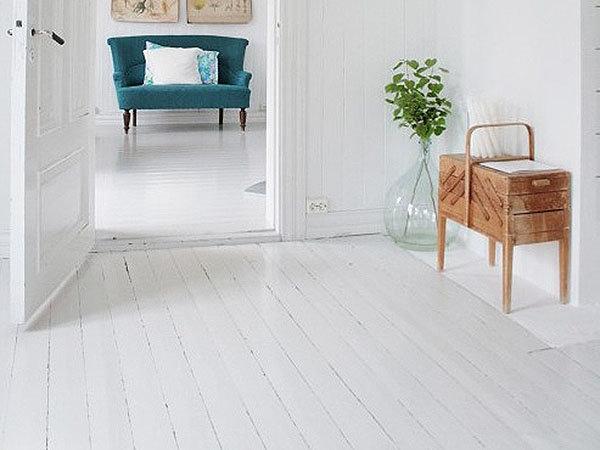 Белый деревянный пол в интерьере фото