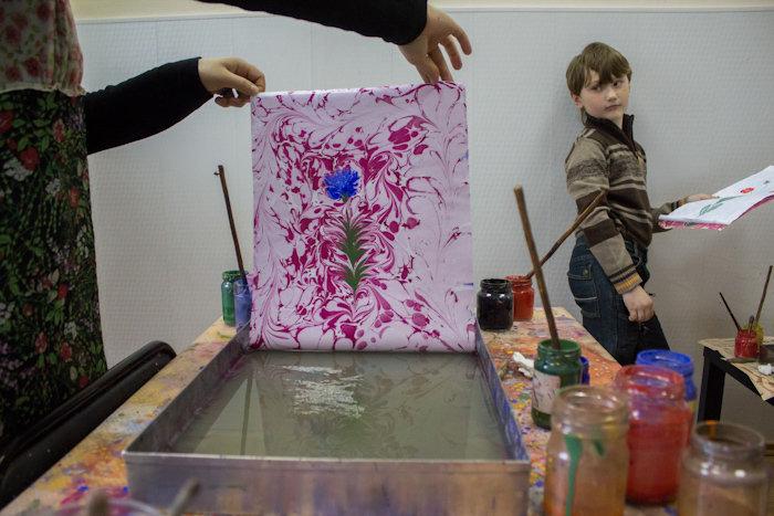 техника рисунки красками на воде
