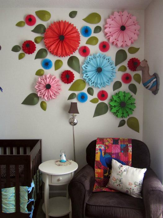 Украшение стены цветами из бумаги фото