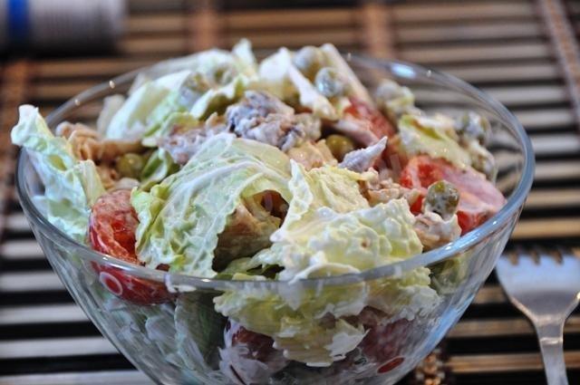 Салат с курицей и зеленым горошком и морковью и