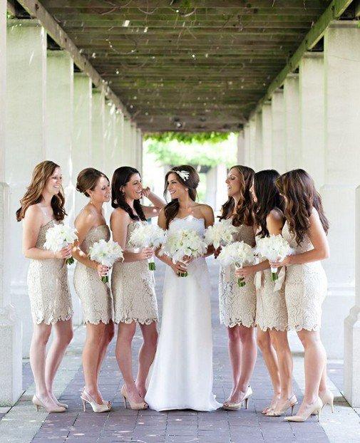 Подружки невесты в бежевых платьях