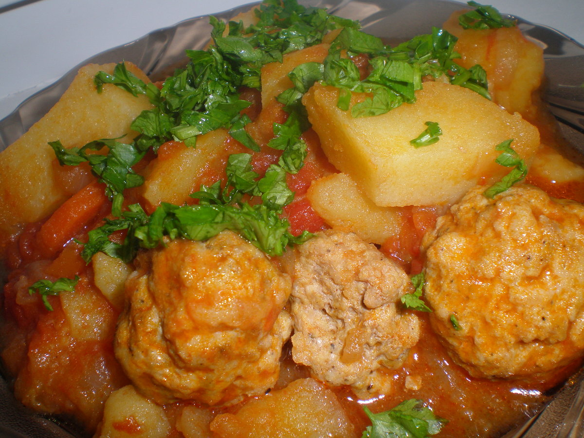 Тефтели и картошка в духовке с подливкой пошаговый рецепт