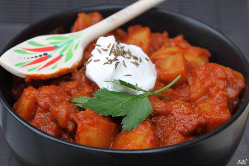 Приготовить мясо с картошкой и помидорами