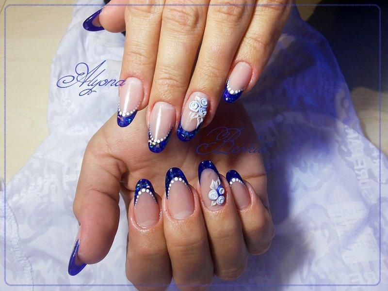 Дизайн ногтей френч с синим рисунком