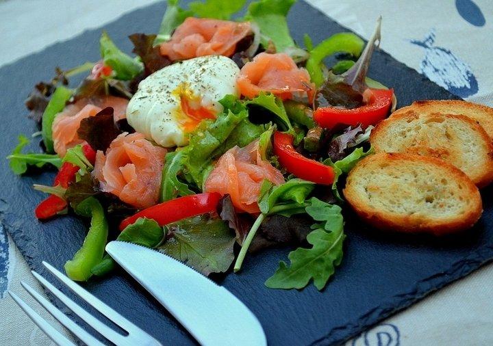 Салат с яйцом и красной рыбой рецепт с